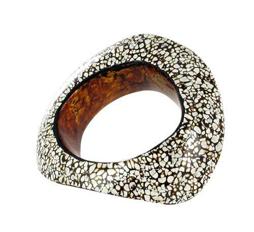 """Bracelet """"Black""""  Salomé Lippuner  Prix : 4410 €  Bracelet en bois, recouvert de laque Urushi Rankaku (coquilles d'oeuf) et feuilles d'or. Pièce unique.    Dimensions : 12 x 9,5 x 3,5mm    Bois  Laque"""