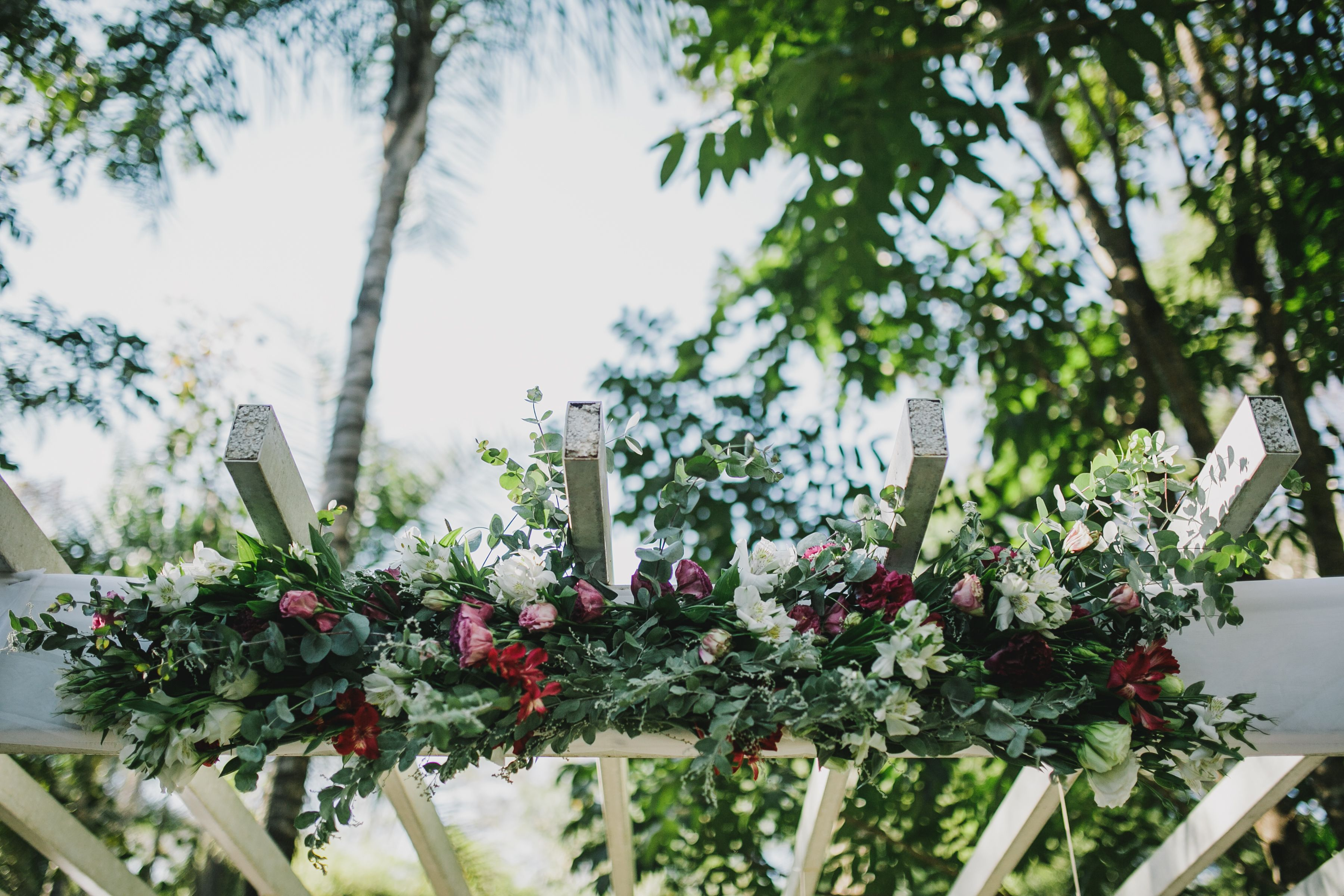 Arranjo lindo e delicado para o gazebo da cerimônia.  Fotografia: Diogo Perez Decoração: Casório DF Local: Green Park (Brasília)  #wedding #casamento #weddingdecoration #creativewedding