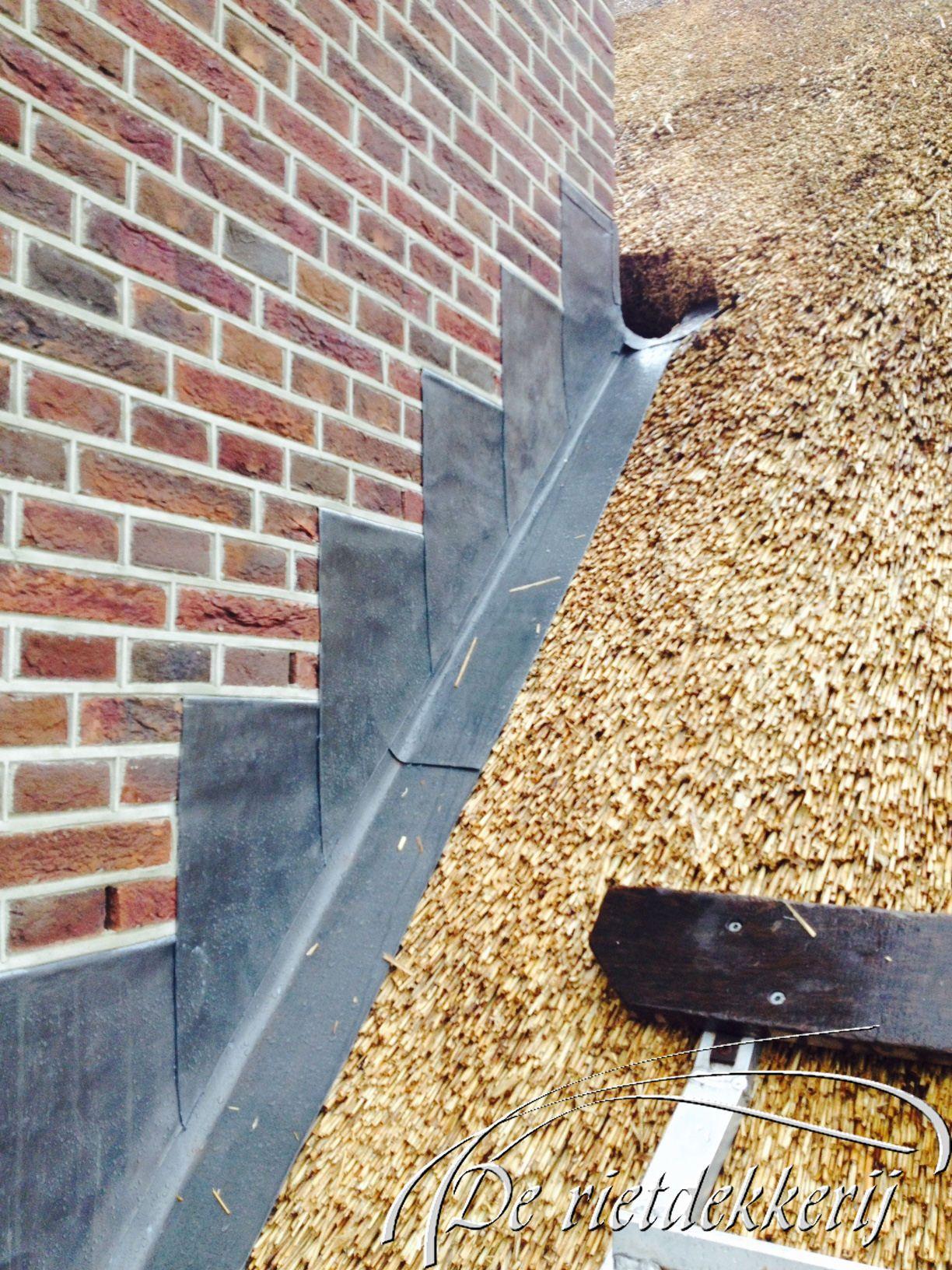 Strandtas Riet Maken : Voetlood aansluiting van een rieten dak met