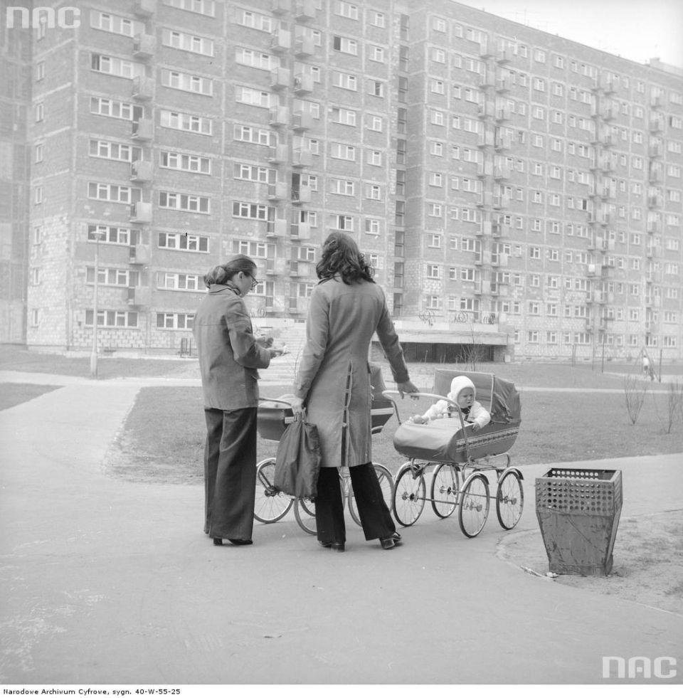 Spacer z małymi dziećmi. Piaski, 1974 r.