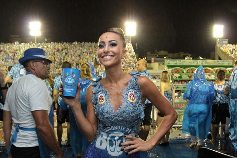 Sabrina Sato beija muito em camarote no Rio de Janeiro