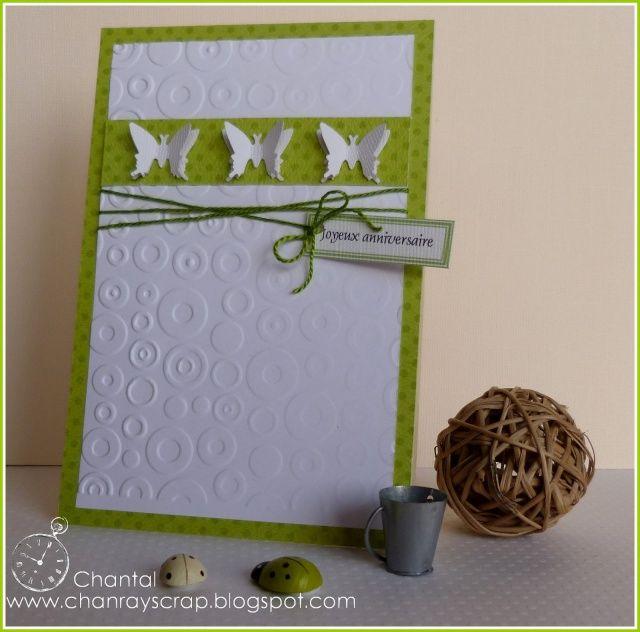 Carte verte dont le devant est  tout en blanc : les deux parties en papier gaufré et le trio de papillons. Une ficelle verte retient le sentiment sur un mini tag.
