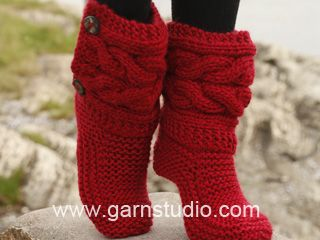 "Little Red Riding Slippers - Pantuflas de punto DROPS con torsadas, en ""Eskimo"". Talla: 35 – 42. - Free pattern by DROPS Design"