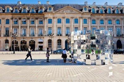 The Ring Installation ( Arnaud Lapierre) Un espejismo / Un relato  La instalación The Ring Installation de Arnaud Lapierre hace ver todo mirando por horas a diferentes reflexiones alrededor de la Place Vendome, en París, Francia. Casi 20 pies de alto y 15 pies de ancho el anillo es una instalación urbana masiva.