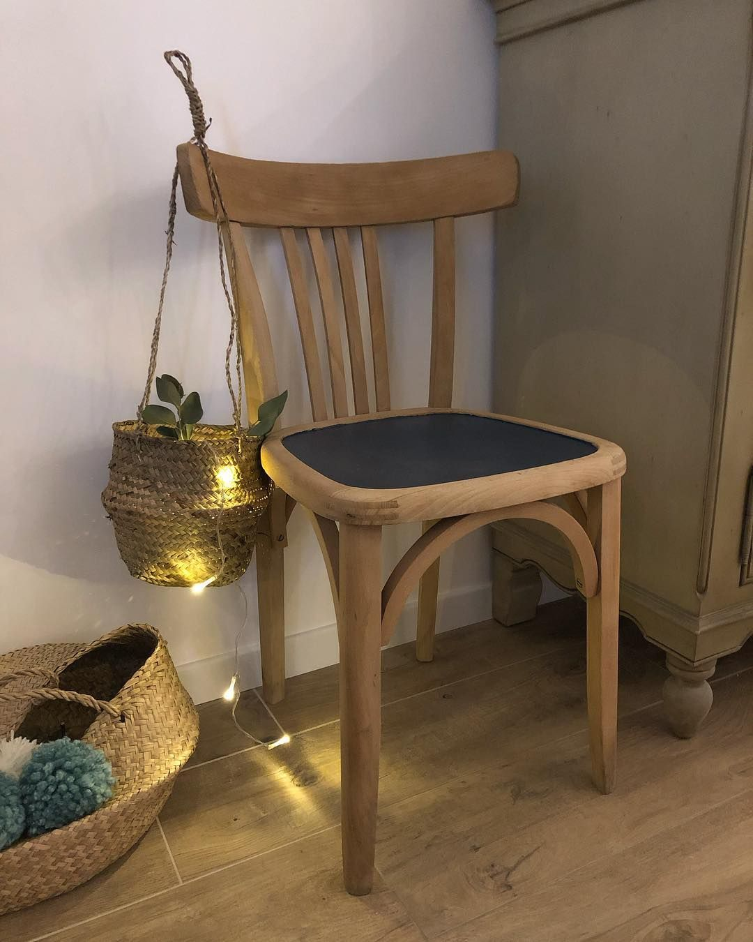 Ne Seconde Vie Pour Cette Chaise Bistrot Decape Puis Repeinte Que Sur La Zone D Assise Une Chaise Unique Chaise Bistrot Relooking De Chaise Customiser Chaise