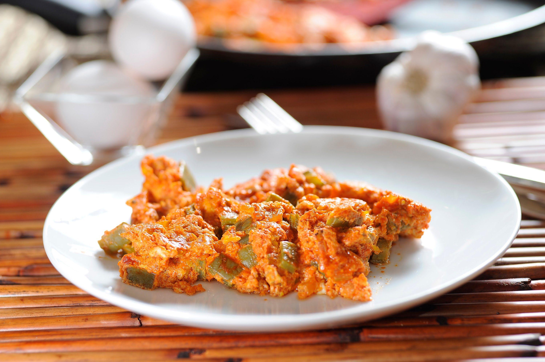 Huevos revueltos en salsa de guajillo