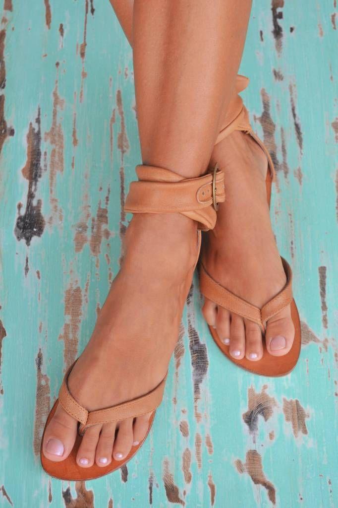 Leren sandalen van Hot Lava, hebben een gesloten hiel en gekruiste bandjes met gesp.