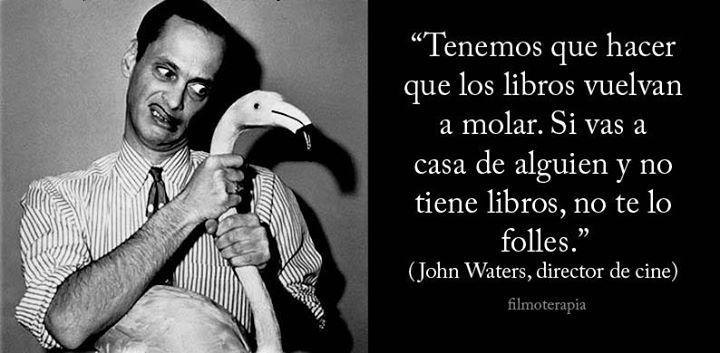 ... Tenemos que hacer que los libros vuelvan a molar. Si vas a casa de alguien y no tiene libros, no te lo folles.