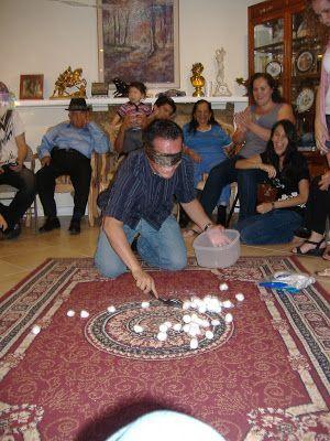 Photo of Gießen Sie die Wattebäusche auf den Boden, falten Sie jede Person blind, sie bekommen einen großen Spoo …