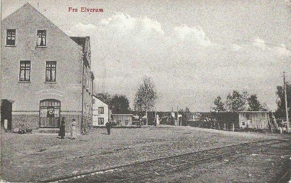 Hedmark fylke Elverum Torsbø ble bygget før århundreskifte, den store trebygningen brann i 1904, og ble sat opp igjen i stein. Da den nyejernbanestasjonen ble åpnet i 1913 ble aktivitetetn her mye mindre. Jernbanesporet som sees skulle tyde på et bilde fra ca 1910 da Solørbanen ble åpnet.