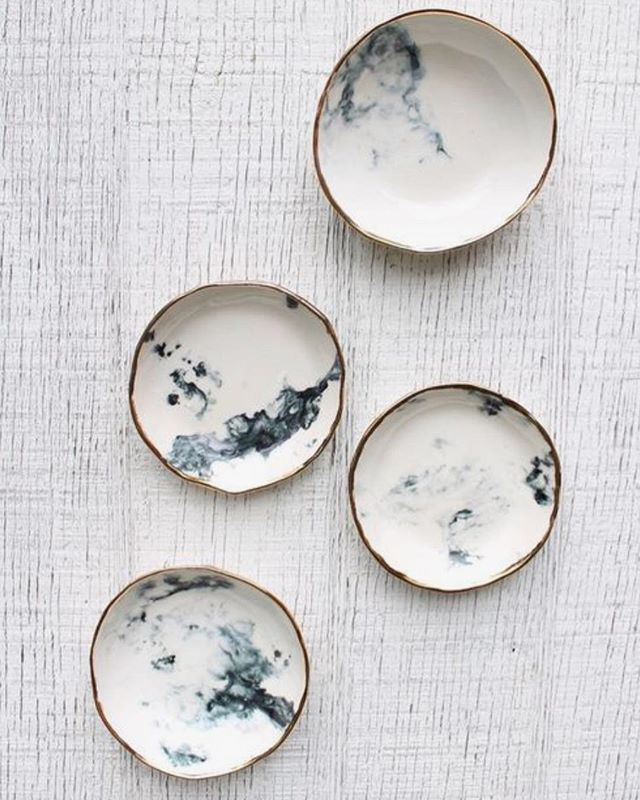 Handmade, organic plates and pottery can add so much personality to a space. We love looking to independent vendors to find new treasures, like these dishes from @clearblurdesign. #marketwatchwednesday ______________________________________ #AndreaGoldma #potteryideas