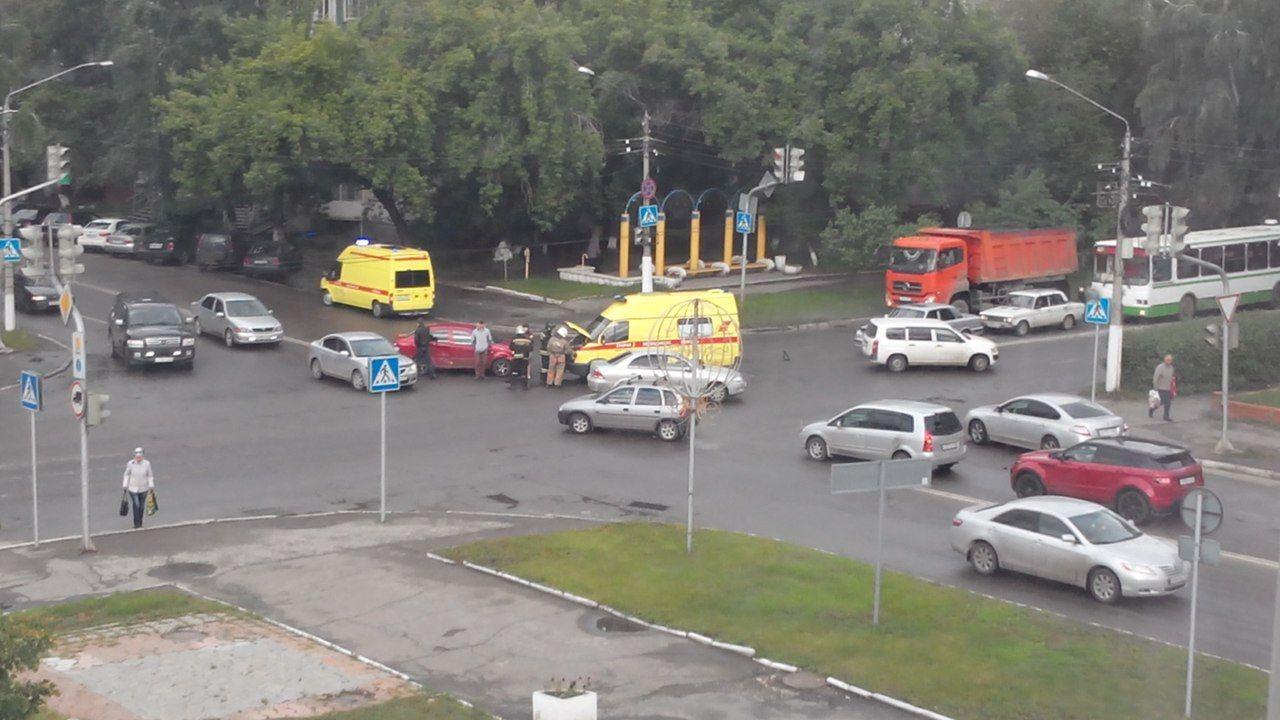 В Барнауле лоб в лоб столкнулись реанимобиль и иномарка