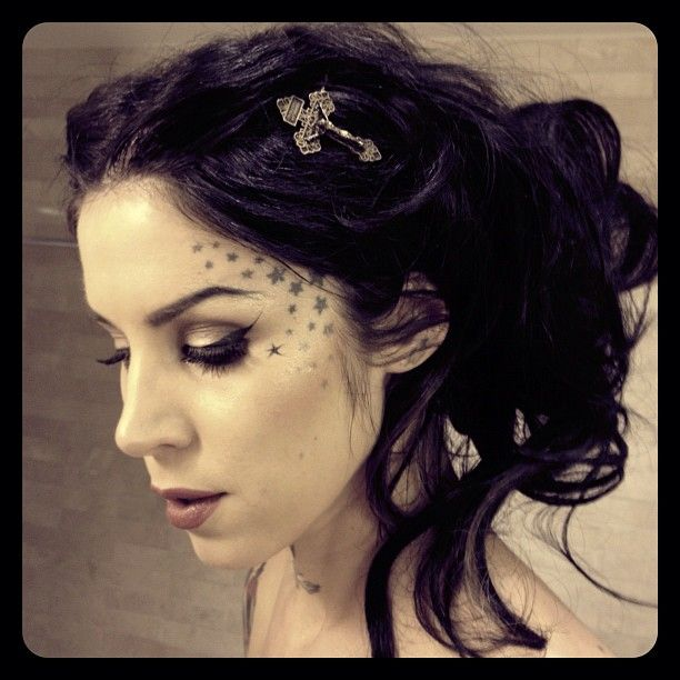 So beautiful. I'd love to rock this hairdo and eye make-up soon x