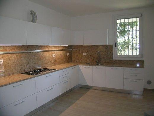Cucina ernestomeda modello one finitura hi melamine bianco aurora striato piano lavoro granito - Piano cucina in granito ...