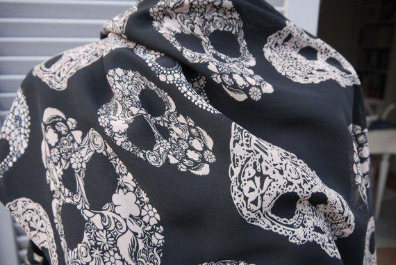 Long foulard tête de mort, noir blanc cassé, réversible, mousseline et  matière style pashmina - Motif CALAVERAS MEXICAINES ce4faf480e0