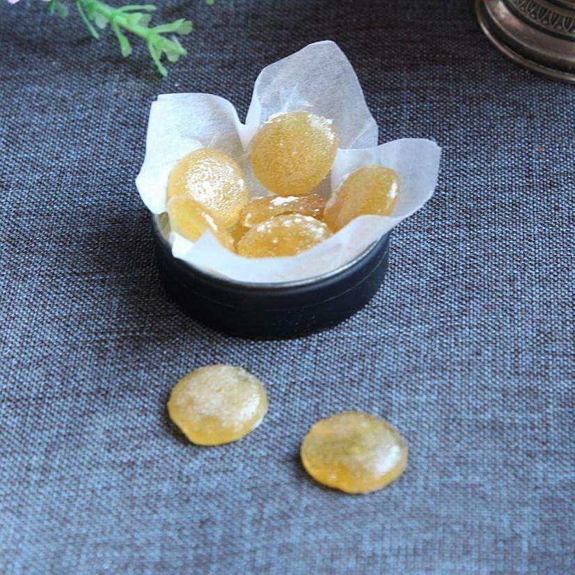 Le caramelle per il mal di gola naturali sono delle caramelle fatte in casa a base di limone, miele e zenzero. Ottime per sconfiggere il mal di gola.
