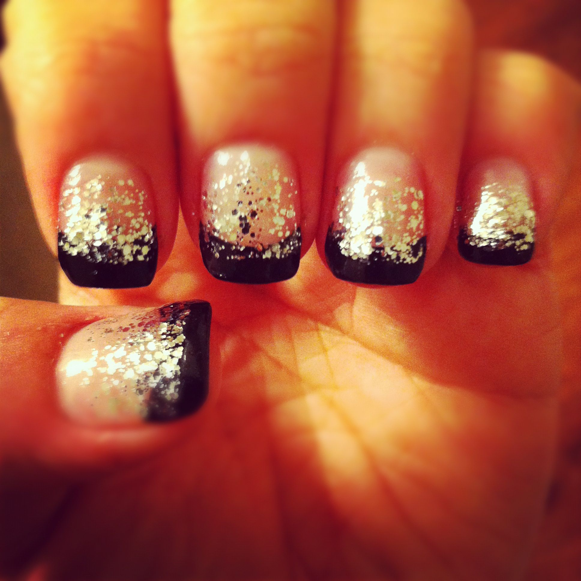 New years nails! Color the tips of your nails. Let dry. Dabb sparkle ...