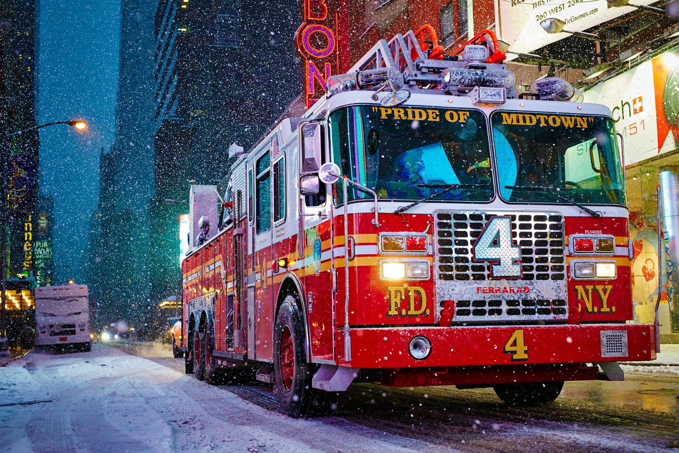 La photo d'un camion de pompiers pendant la tempête de neige à New York   Camion pompier ...