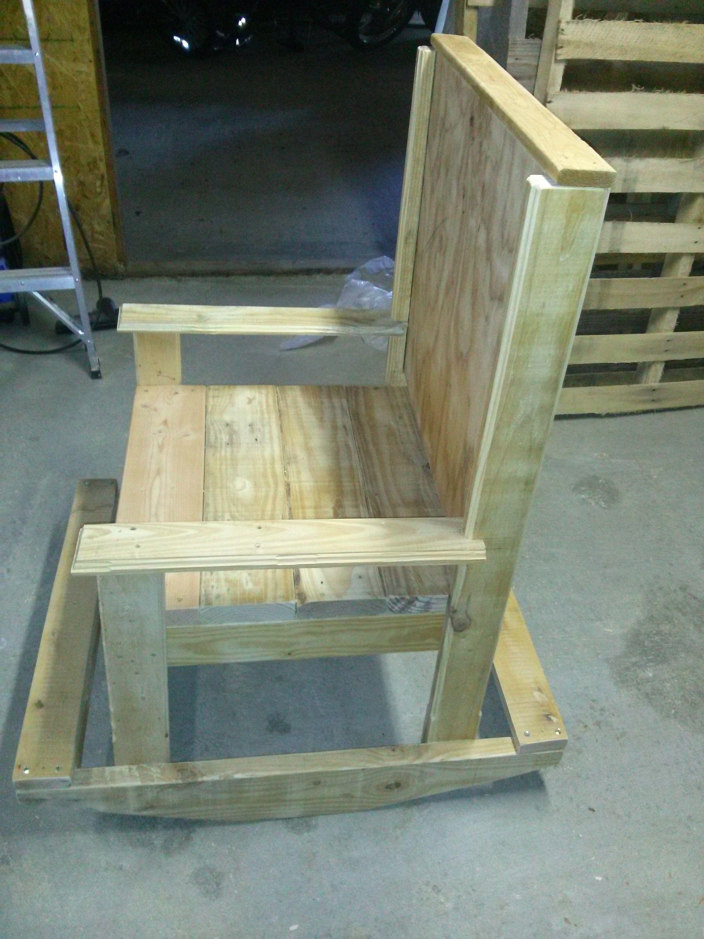 Furnitures made from wooden pallets reciclando palets y for Sillones de madera reciclada