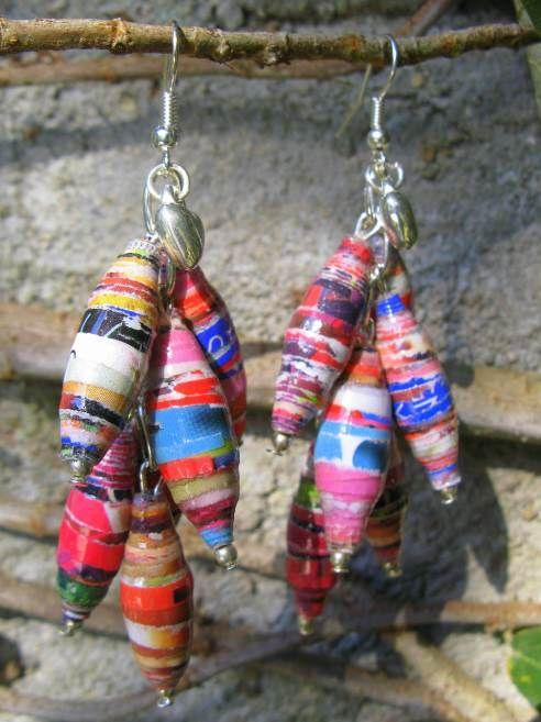 Aretes hechos con cuentas de papel de revista / paper bead earrings, por María Tenorio