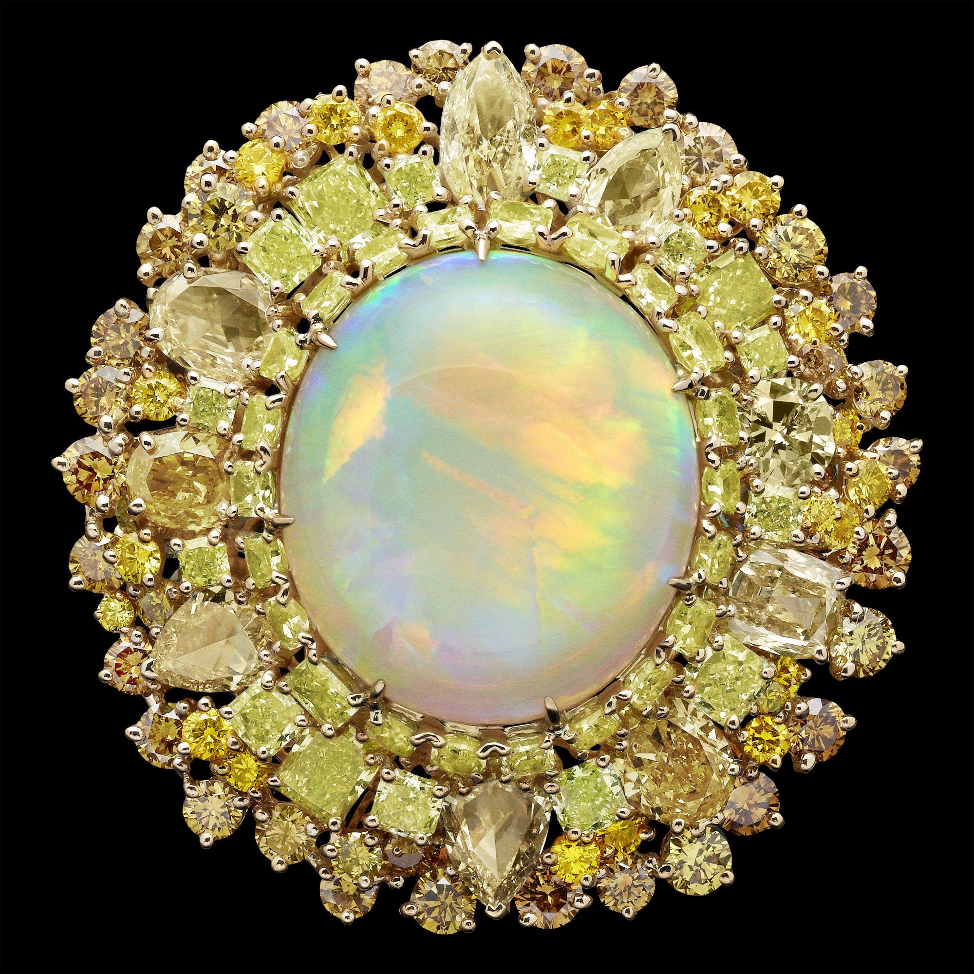 Dior Jewellery – Dear Dior: 'Dentelle Médaillon Soleil' ring. Discover more on www.dior.com