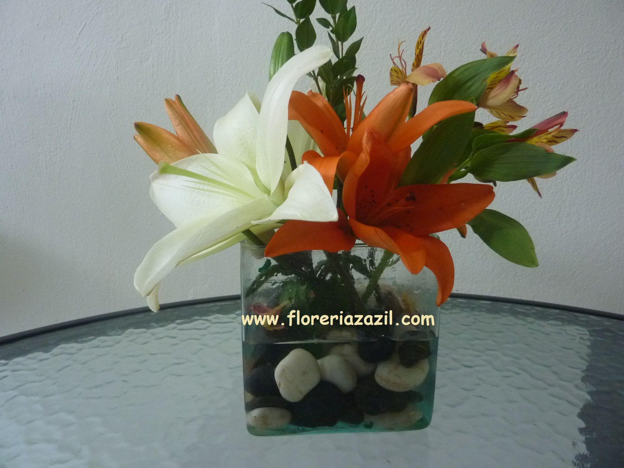 Centro de mesa de lilis y alstroemerias con piedras de rio en vase centro de mesa de lilis y alstroemerias con piedras de rio en vase de vidrio ventas floridaeventfo Image collections