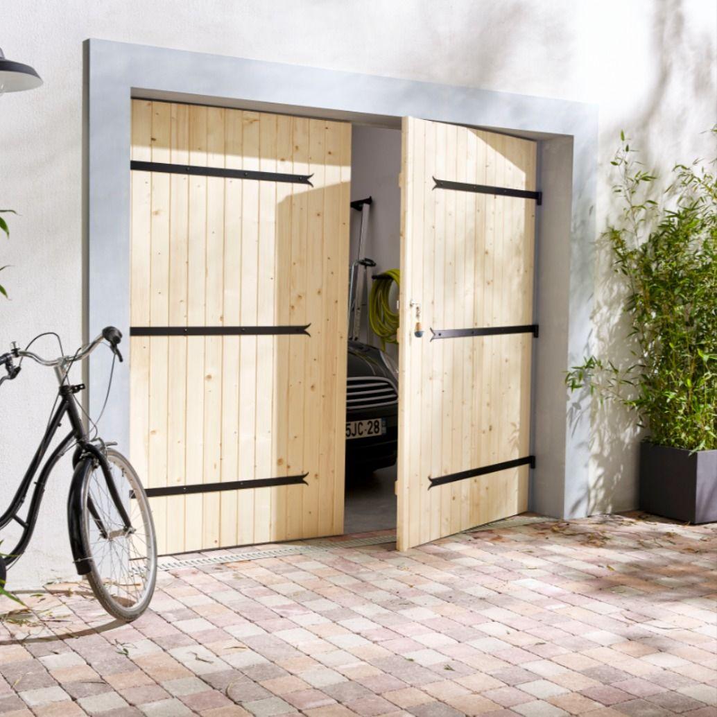 Une Porte De Garage En Bois Pour Apporter A Votre Exterieur Charme Et Authenticite Castorama Inspiration Dec En 2020 Porte Garage Bois Porte Garage Mobilier Jardin