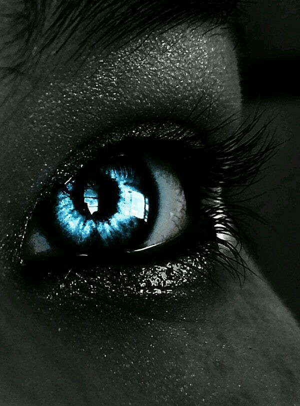 Blue eye black make up