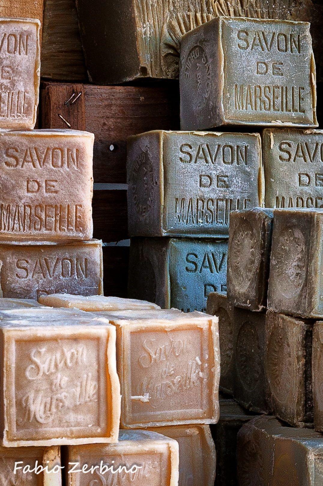 Savon de Marseille - Saponette di Marsiglia ammucchiate su un banco di un mercatino