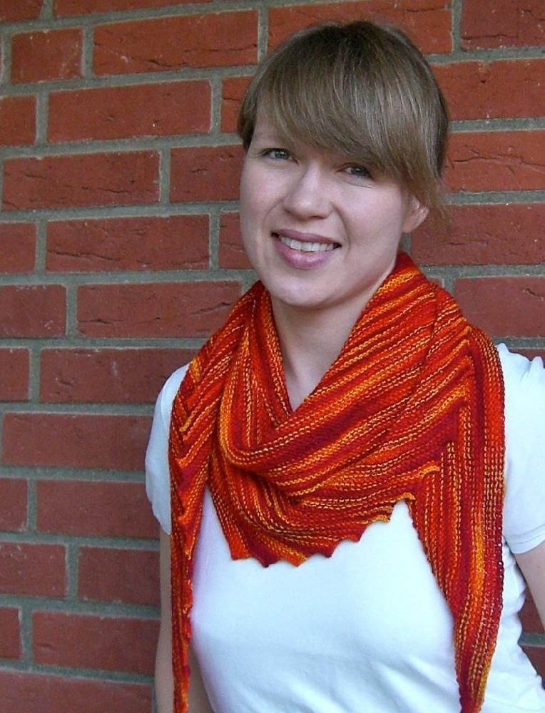 Garter stitch. It's simple, its warm and squishy, stretchy and reversible and it makes any variegated, hand-dyed sockyarn really shine. So here's Hitchhiker: It is a narrow, slightly asymmetrically shaped triangular shawlette that can be wrapped around the neck several times. The ends are long enough to tie it with a knot. One of the short sides of the triangle features a saw-tooth border that evolves naturally during the knitting and gives the shawl its unusual shape. Because the knitting…