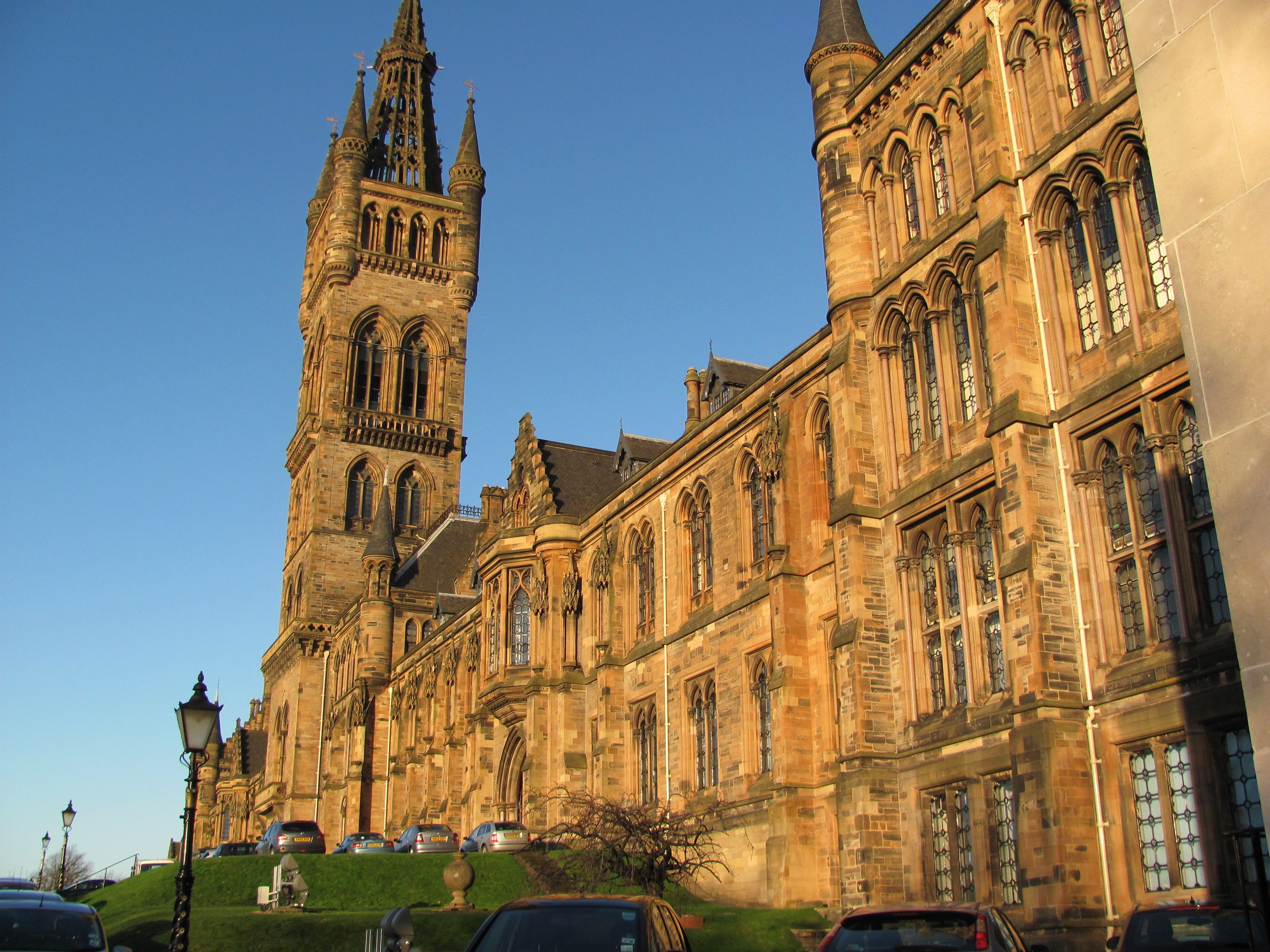 Glasgow University Such A Majestic Old Building Reminiscent Of The Harry Potter School Campus Glasgow University School Campus Old Building