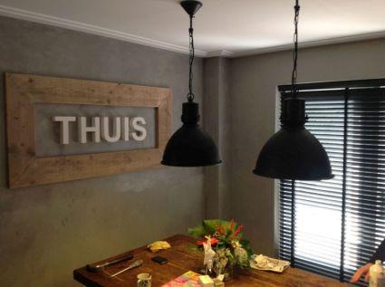 zwarte industrià le hanglamp in huiskamer met stoere sfeer grijze