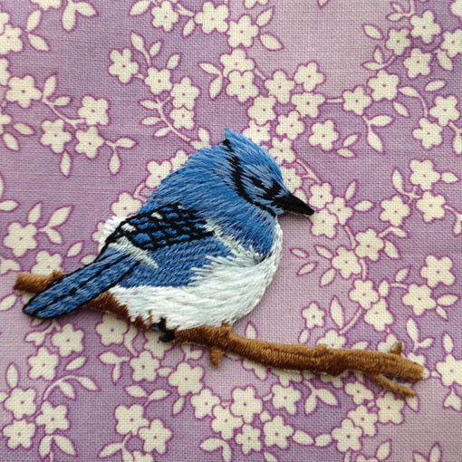 良いことありそうな青い鳥のワッペンです。アメリカのオンタリオ州を代表する鳥といわれる「ブルージェイ(青かけす)」のモチーフです。羽根が綺麗なブルーで胸の部分が...|ハンドメイド、手作り、手仕事品の通販・販売・購入ならCreema。