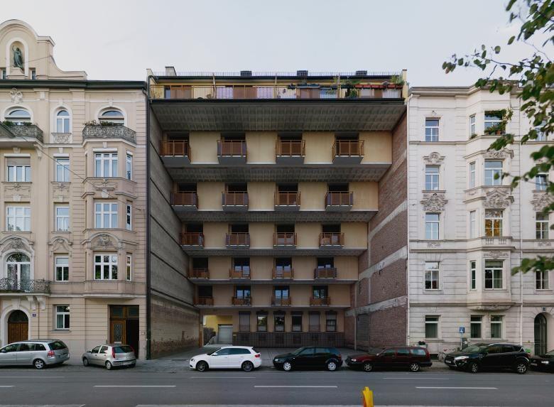 """Las manipulaciones fotográficas de edificios imposibles, de Víctor Enrich para su proyecto """"City Portrait"""" - Schön ist auch dieses Wohnhaus aus den 70er-Jahren in der Münchner Maxvorstadt nicht, durch die Verfremdung wird es aber interessant und lenkt den Blick weg von den Stuckfassaden der angrenzenden Gebäude."""