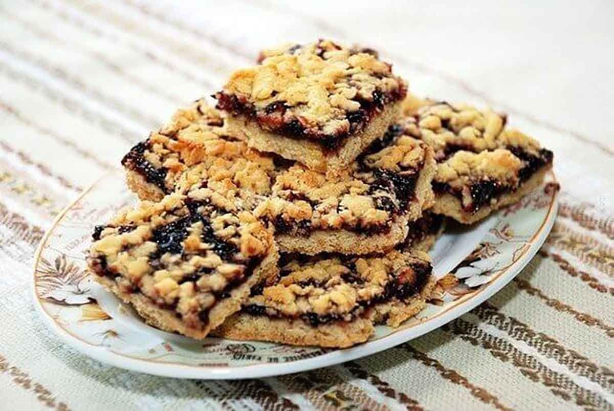 Prăjitura răzuită este una dintre cele mai simple și delicioase prăjituri. Este un desert economic și ușor de pregătit pentru cei dragi. Încercați această prăjitură originală cu aluat ras și impresionați-vă familia și invitații. Această rețetă cu aluat neobișnuit merită încercată măcar o dată, adăugați gemul de caise, prune sau mere înăbușite și pregătiți cea …