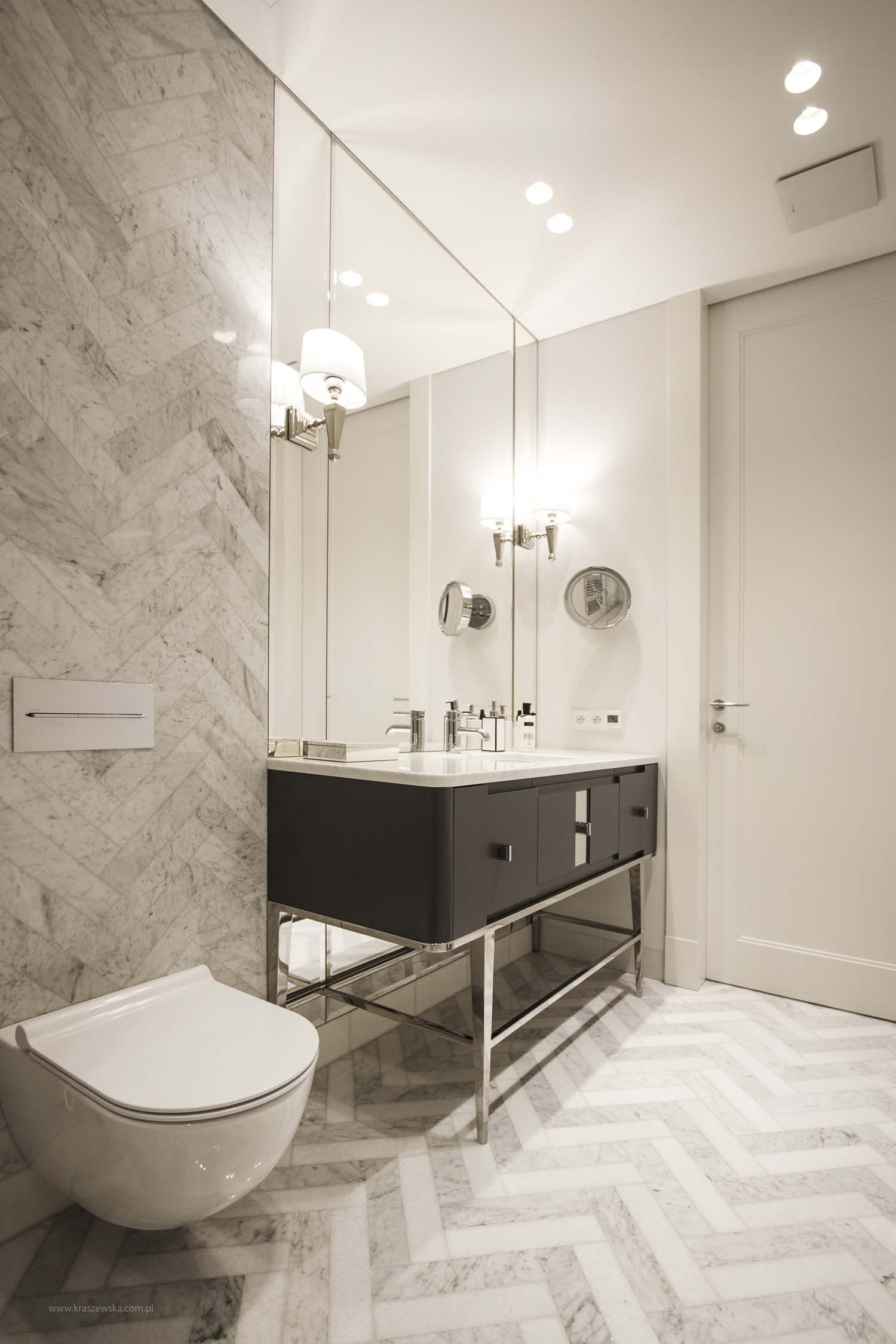 Round recessed led downlights aplis in line 80 integrated in the ceiling are illuminating this tasteful bathroom with marble finishing