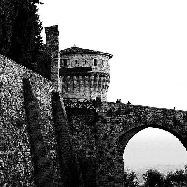 Ancora due giorni per il nostro CONTEST #castelloinblackandwhite, sbizzarritevi amici igers per colorare la nostra bacheca di monocromo. 😊😊 Lo scatto di oggi è questo bianco e nero contrastato di @blueslogan 👏  _____________ #castellodibrescia #canon #bellabrescia #me #bresciacity #picoftheday  #mycanon #castle  #castelloinblackandwhite #movingculturebrescia #atlantediviaggio #igersbrescia #igersitalia #bw_beautiful_landscapes #visitbrescia #turismobrescia #beautiful #bwphotochallenge…