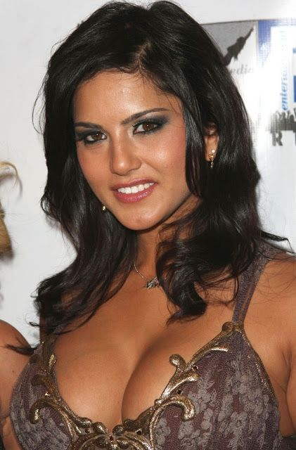 Sunnyleone Hot Sexy Bollywood Actress Cleavage
