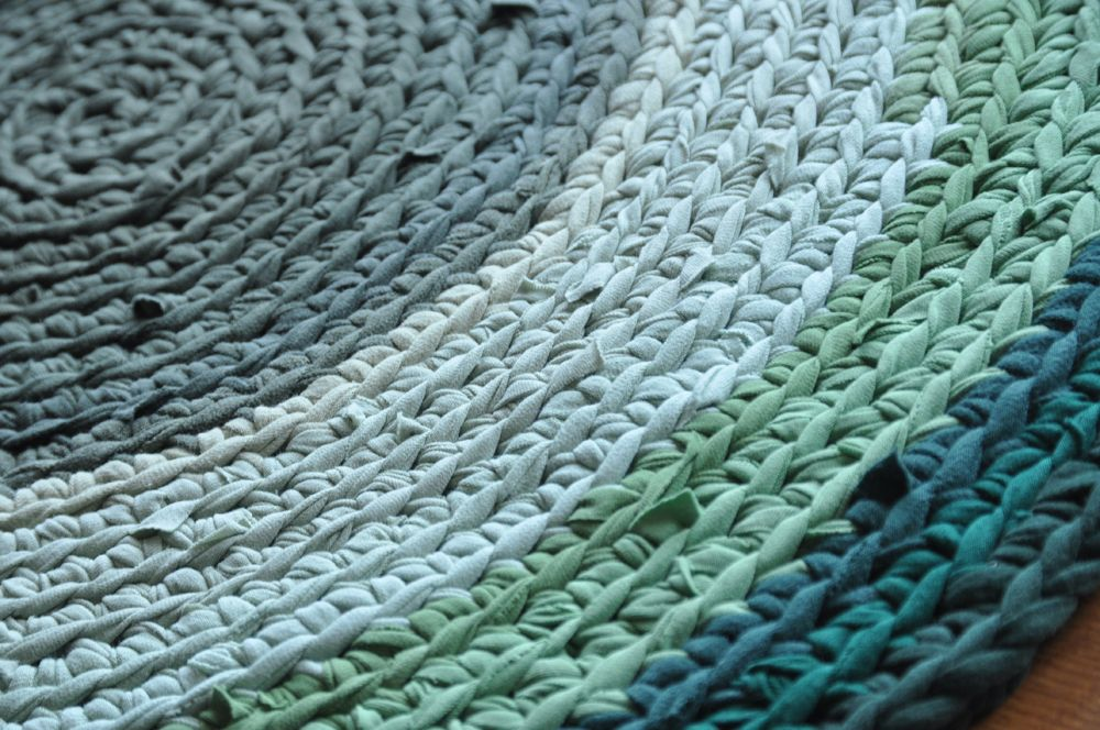 Arm Knitting Rug | Rug crocheted with knit t-shirts. Smooth ...