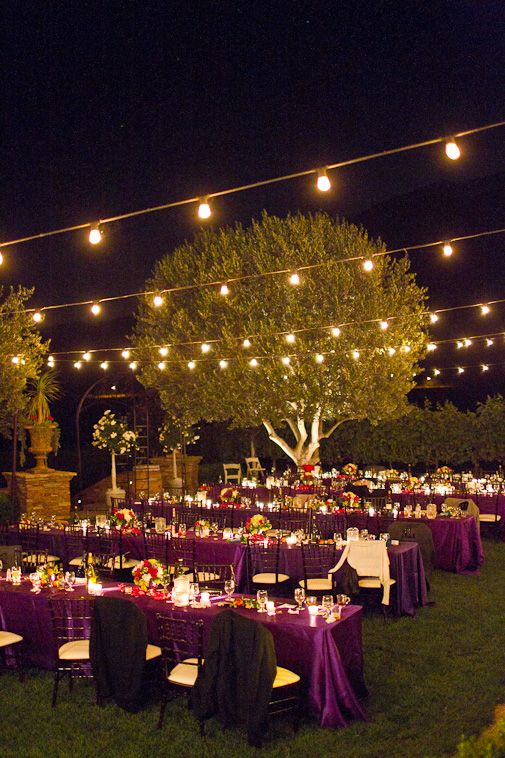 Decoración de boda en exteriores con manteles de color violeta. #DecoracionDeBodas