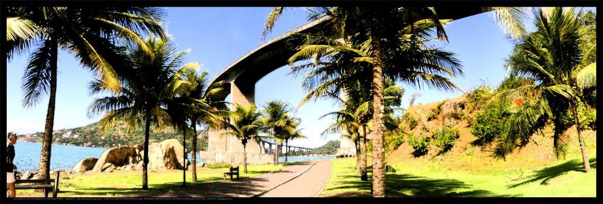 """Na região denominada """"Enseada do Suá"""" onde vemos ao alto a ponte que liga os municípios/ cidades de Vitória e Vila Velha poderemos desfrutar de uma vista maravilhosa, com direito a pista para caminhada, ciclovia e banquinhos para sentarmos e apreciarmos a paisagem."""