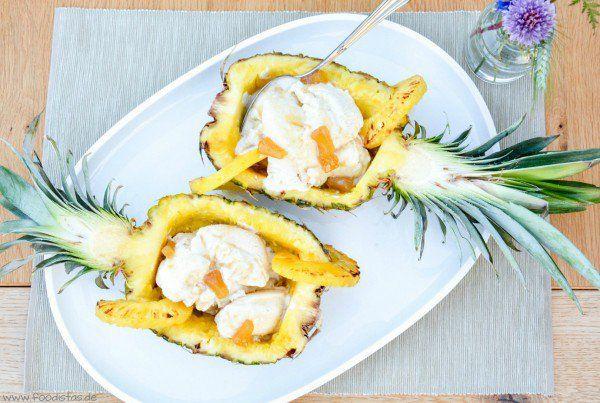 Gegrillte Ananas mit Kokoseis und einem beschwipsten frischen Fruchtswirl von den [Foodistas]