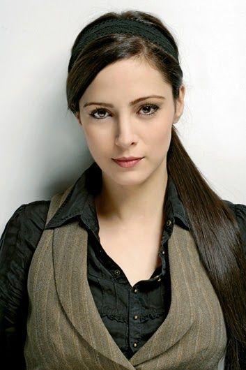 Mine Tugay ( N. 28 de Julio de 1978, Konya) es una actriz turca conocida por su papel en la serie Medcerzir como Ender Serez.     Biograf...