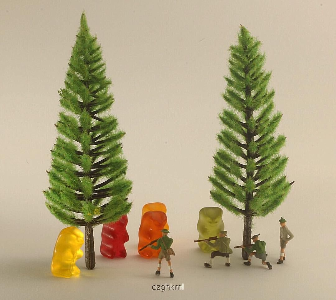 Stop killing animals for fun... ❗️ - - #minifigures #miniatures #preiser  #preiserphotography #miniature #advertising #bears #haribo #hunting