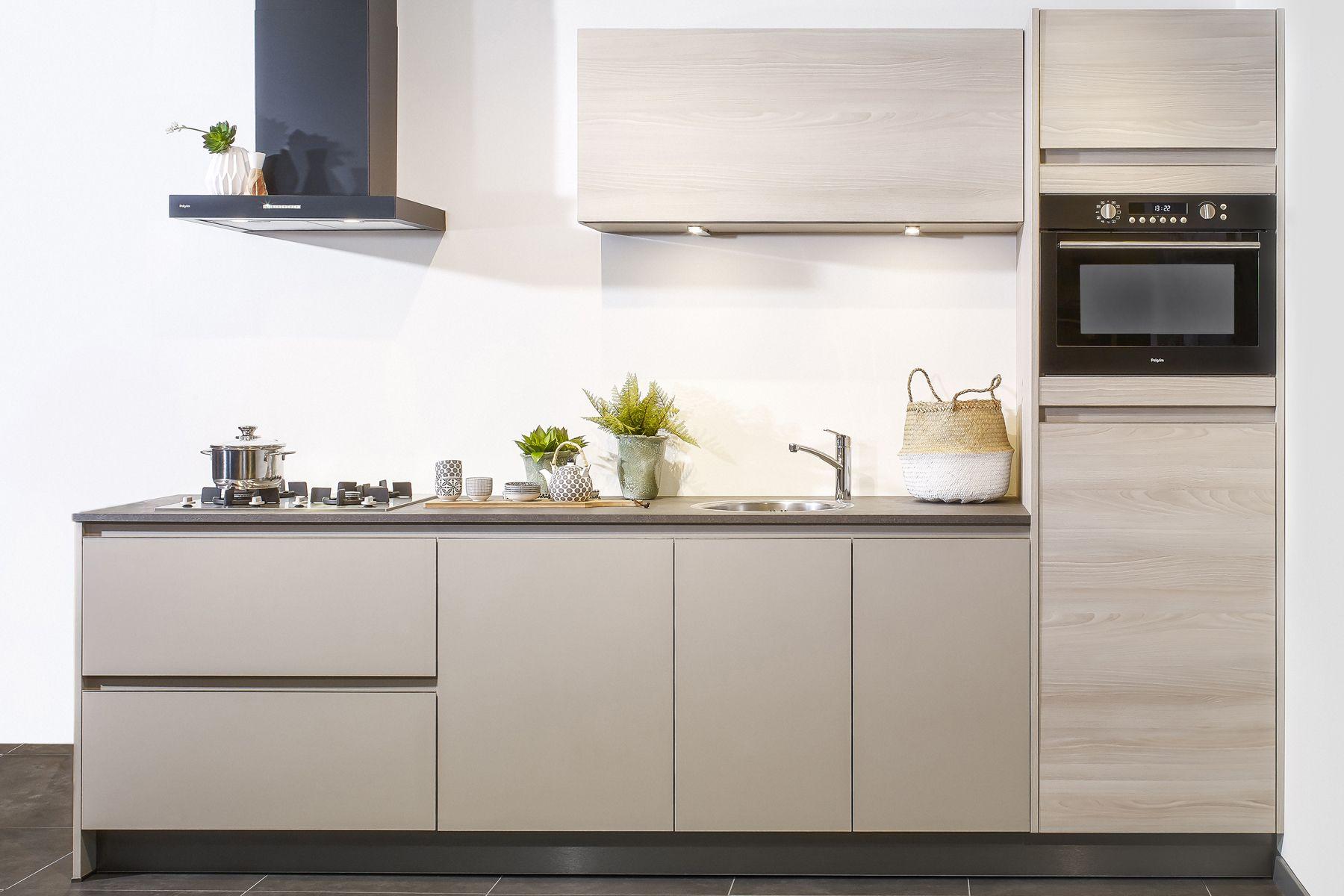 Goedkope Rechte Keukens : Kleine rechte keuken met greeploos front in houtlook goedkope