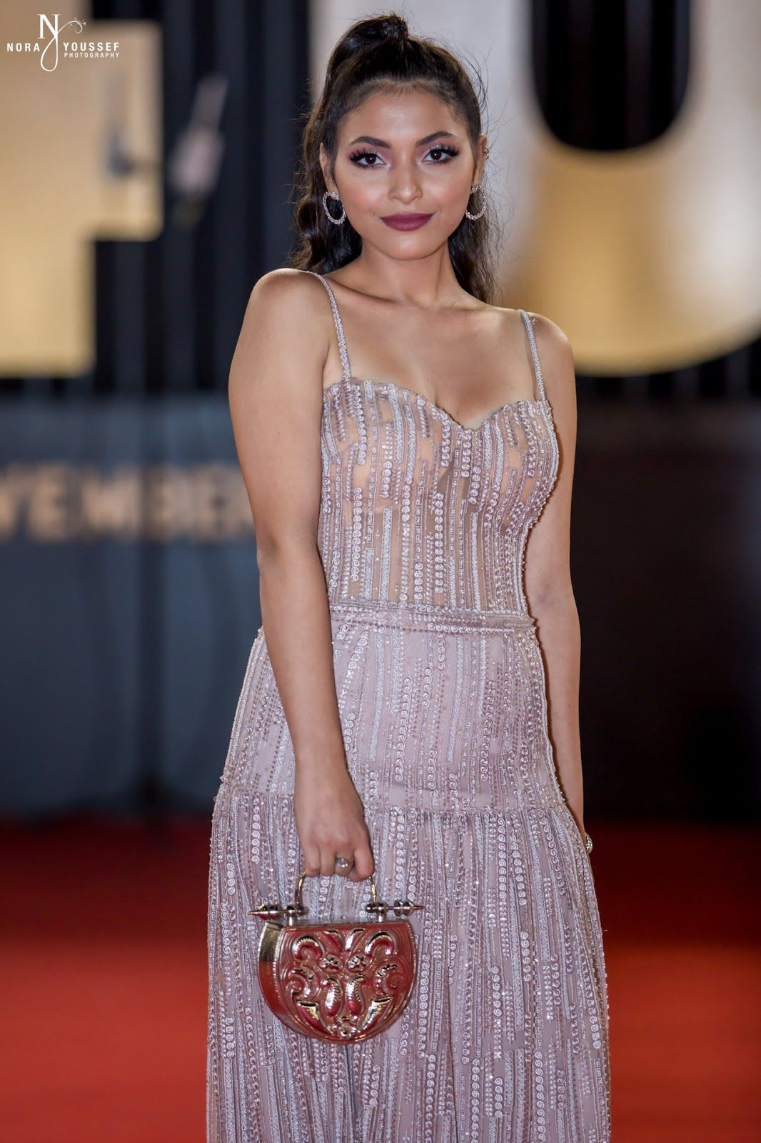 اسخن 40 صورة الفنانات بفساتين عارية وشفافة ومثيرة Egyptian Actress Sleeveless Formal Dress Formal Dresses