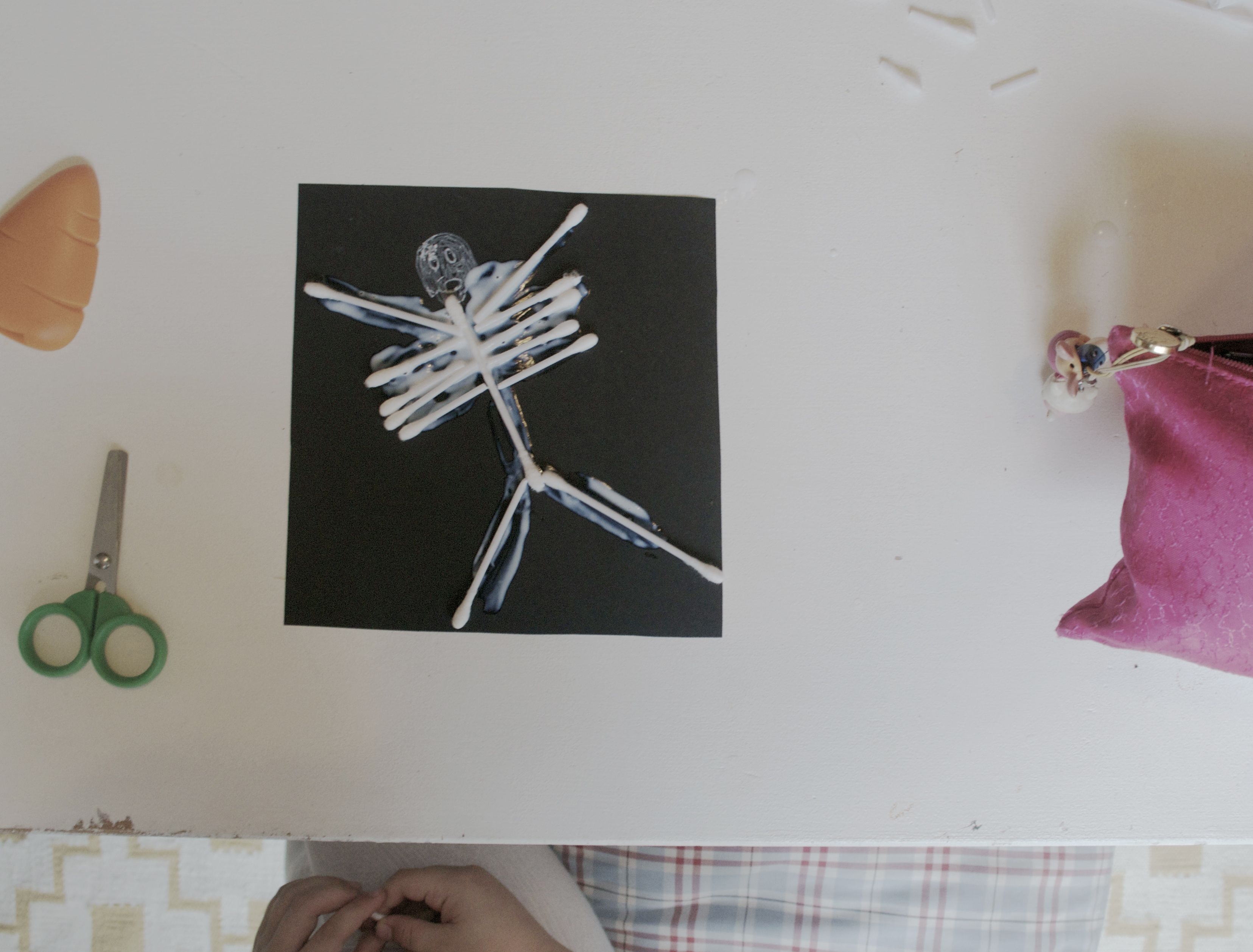 Esqueleto de bastoncillos. DIY. Halloween. Tutorial para hacer con niños esqueletos con bastoncillos. Handmade skeleton cotton swab for kids. My Little Piggies Blog. Pigs&Roses.