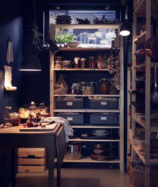 garde manger avec rangements en pin massif garnis de conserves de fruits dans des bocaux en. Black Bedroom Furniture Sets. Home Design Ideas