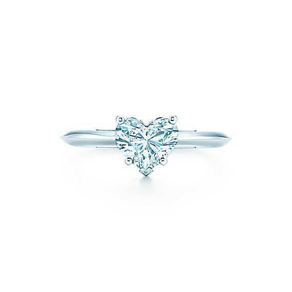 in platin gefasst pr sentiert dieser herzf rmige diamant das klassische symbol der liebe. Black Bedroom Furniture Sets. Home Design Ideas