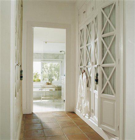 Ideas para decorar un pasillo alargado casa armarios for Decorar puertas armario